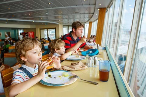 family eating out and making better food choices
